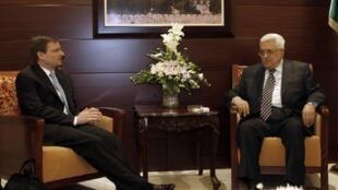 L'émissaire américain David Hale (G)et Mahmoud Abbas, le 7 septembre 2011 à Ramallah.
