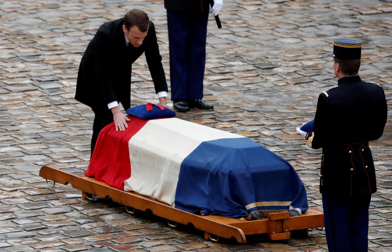 Президент Франции Эмманюэль Макрон у гроба Арно Бельтрама во дворе дома Инвалидов, 28 марта 2018.