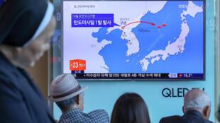 Dân Hàn Quốc theo dõi thông tin về việc Bắc Triều Tiên thử nghiệm tên lửa đạn đạo ngày 14/05/2017. Ảnh chụp tại một ga tàu điện ở Seoul (Hàn Quốc).