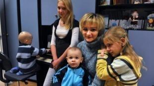 Une mère de 32 ans sans emploi et ses quatre enfants dans un logement social de la banlieue de Tallinn, en Estonie.