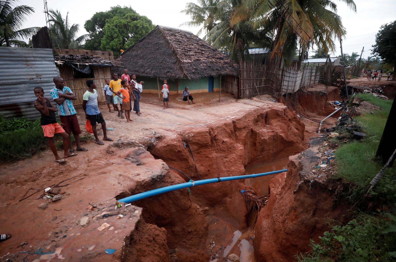 Moradores olham para uma estrada que desabou no rescaldo do ciclone Kenneth, na aldeia de Wimbe em Pemba, Moçambique, em 29 de abril de 2019.