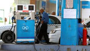 Des chauffeurs de taxi, au Caire, le 29 juin 2017. Le prix de l'essence a augmenté de 50% en Egypte.