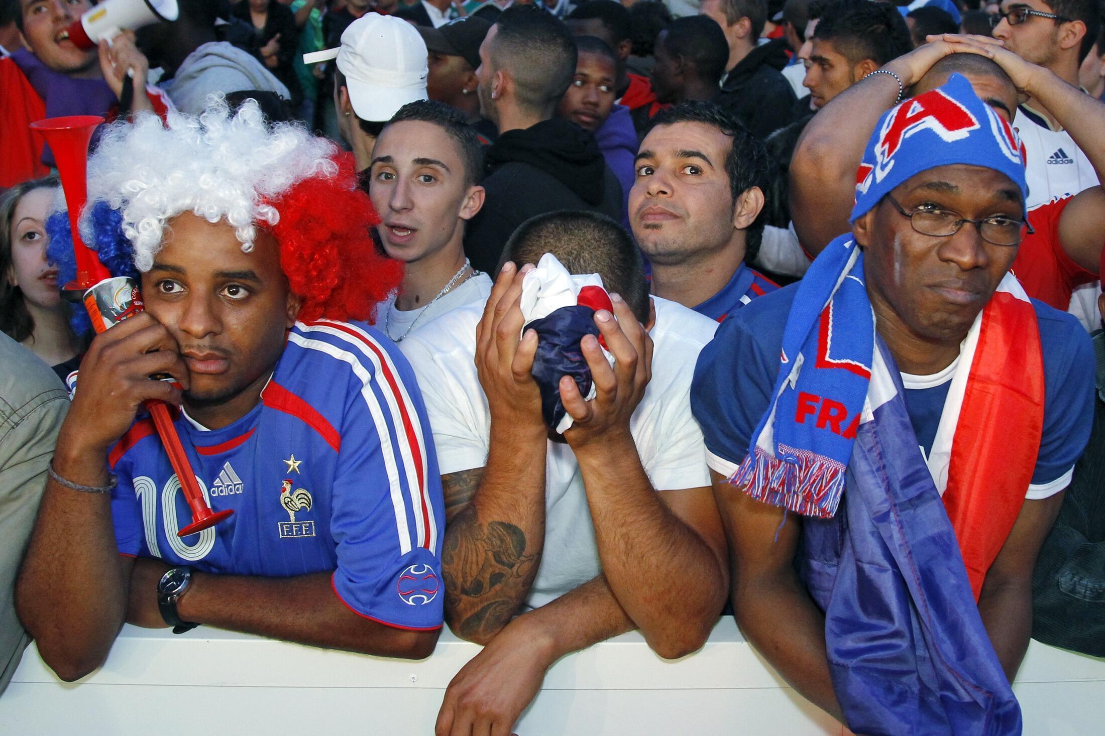 Sự thất vọng của cổ động viên Pháp khi xem trận đấu qua màn hình gần Tháp Eiffel, Paris, ngày 17/06/2010 sau khi xem