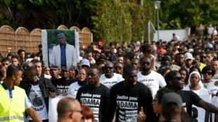 Plusieurs milliers de personnes à Beaumont-sur-Oise lors d'une marche blanche qui a pris des allures de manifestation, après la mort d'Adama Traoré lors de son interpellation en 2016.