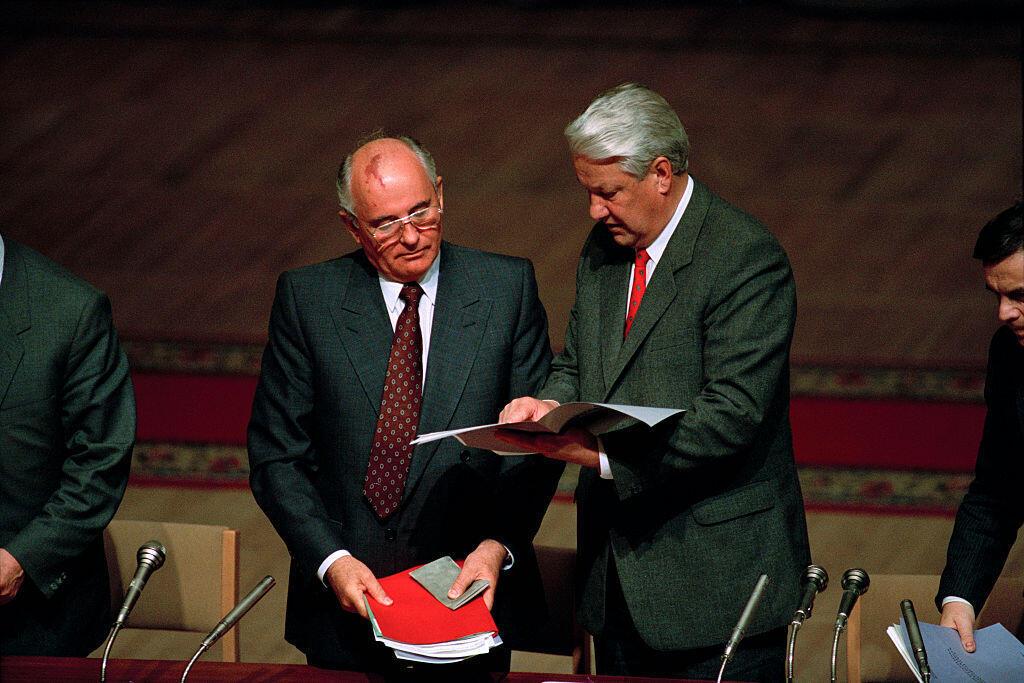 Mikhail Gorbachev và Boris Eltsine, tại Nghị viện Nga trong một phiên họp, sau cú đảo chính hụt năm 1991.