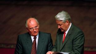 Mikhail Gorbachev et Boris Eltsine, devant le Parlement, lors d'une réunion après le coup d'Etat manqué de 1991.
