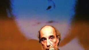El poeta chileno Raúl Zurita, durante un acto por el Día de los detenidos desaparecidos en Chile, el 30 de agosto de 2002