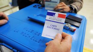 Pour la première fois, les électeurs vont voter pour un binôme composé d'un homme et d'une femme, lors des élections départementales de mars 2015.