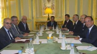 O presidente François Hollande (à direita) recebeu a delegação de opositores sírios nesta terça-feira no Palácio do Eliseu.