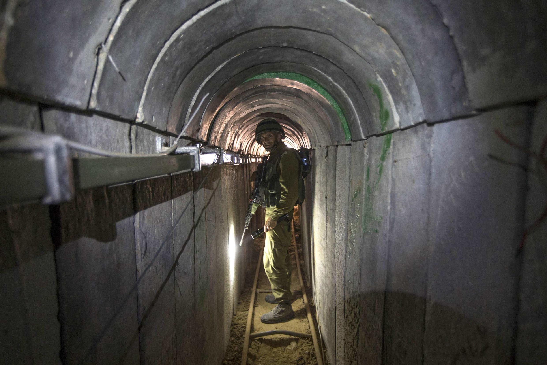 Một người lính Israel trong một đường hầm của phe Hamas, ngày 25/07/2014.