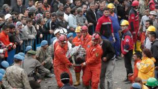 Des secouristes transportent vers l'ambulance un mineur bléssé dans l'explosion de la mine de Soma dans lea province de Manisa en Turquie, le 14 mai 2014.