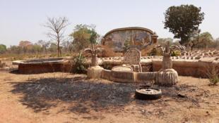 Le domaine de Yahya Jammeh s'étale sur plusieurs hectares. Des bénévoles du village continuent à venir cultiver les terres et entretenir les lieux.