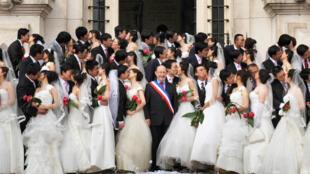 Entre 2007 e 2011, o senador socialista Jean Germain (centro) teria organizado falsos casamentos para turistas chineses.