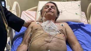 A imagem do presidente sem camisa e com semblante desgastado sobre a cama, divulgada pelo próprio Bolsonaro em suas redes sociais, busca remobilizar a sua base.
