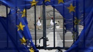 Un drapeau de l'Union européenne brûlé devant la tombe du soldat inconnu à Athènes, le 1er mai 2013.