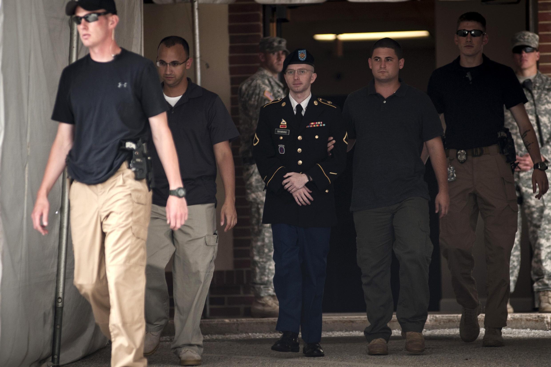 Bradley Manning (c.) escorté à la sortie du tribunal militaire de Fort Meade, dans le Maryland, le 25 juillet 2013.