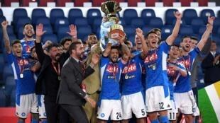L'équipe de Naples célèbre sa victoire contre la Juventus, après avoir remporté la Coupe d'Italie, le 17 juin 2020.