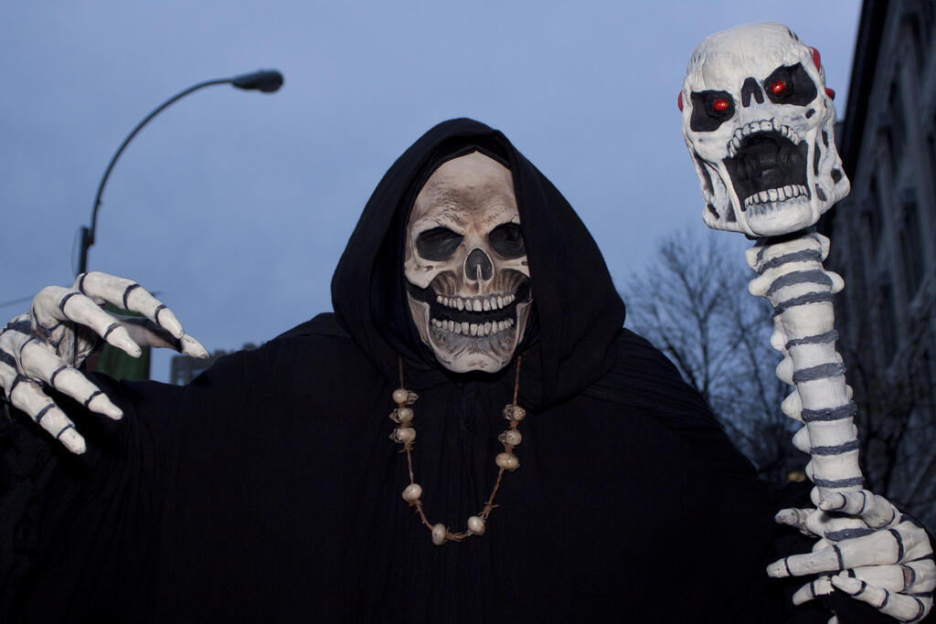 Pessoa fantasiada na parada de Halloween de Nova York, em 2011.
