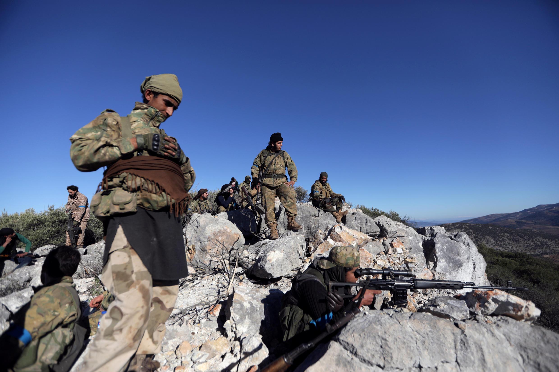 Rebeldes sírios, que apoiam exército turco, perto de Afrin. Foto de 19 de fevereiro.