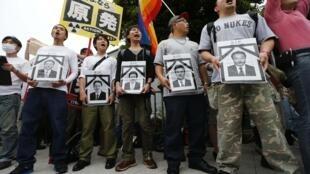 Biểu tình phản đối khởi động lại các nhà máy điện hạt nhân. Người biểu tình cầm các ảnh tang giả của thủ tướng Nhật Noda và các bộ trưởng có liên quan đến chính sách tái khởi động hạt nhân, đối diện công thự của ông Noda, Tokyo, 15/06/2012.