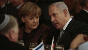 Kansela wa Ujerumani, Angela Merkel (kushoto) akiteta jambo na waziri mkuu wa Israel, Benjamin Netanyahu