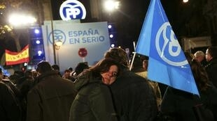 Les partisans du Parti populaire devant le siège du parti, à Madrid, après l'annonce des résultats, dimanche 20 décembre 2015.