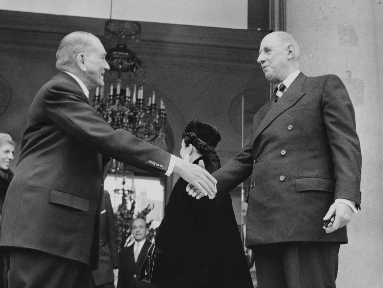 La passation de pouvoir entre le dernier président de la IVe République René Coty (d) et le général de Gaulle, le 23 décembre 1958.