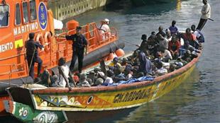 Une embarcation est arraisonnée par les gardes-côtes espagnols dans le port de Ténérife, aux Canaries.