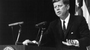 Несмотря на то, что Джон Кеннеди был самым молодым президентом за всю историю США, он страдал от заболеваний щитовидной железы, болей в спине, недостаточности коры надпочечников, был вынужден принимать стероиды и другие лекарства.