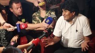 Tổng thống Bolivia Evo Morales trong cuộc họp báo tại Vienna, Áo, sau khi chuyên cơ của ông không được bay qua không phận Pháp và Bồ Đào Nha.