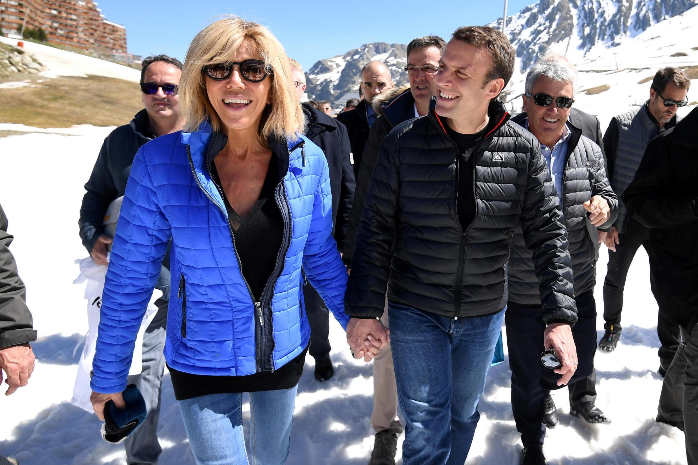 Ứng viên Emmanuel Macron và vợ Brigitte Macron, tại vùng núi Pyrénées ở Bagnères de Bigorre, 12/04/2017.