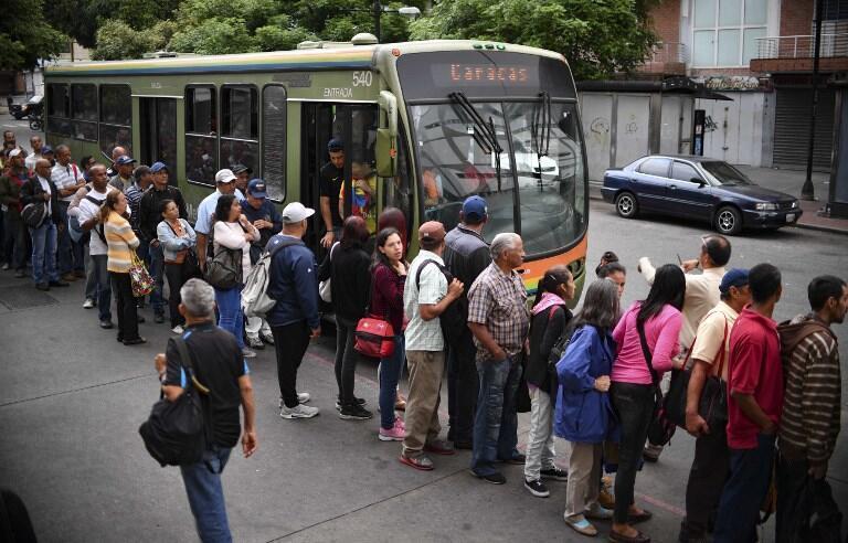 Ngày 14/03/2019, người dân thủ đô Caracas xếp hàng đón xe buýt trong lúc chờ hệ thống tầu điện ngầm hoạt động trở lại sau đợt cúp điện.