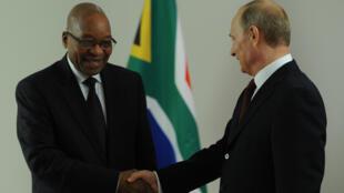Le président Vladimir Poutine et son homologue sud-africain Jacob Zuma, lors de leur rencontre bilatérale en marge du sommet des BRICS à Fortaleza, au Brésil, le 15 juillet 2014.