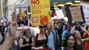 تظاهرات در نیویورک برای اعتراض به تصمیم دیوان عالی و تأیید فرمان ضدمهاجرت دونالد ترامپ