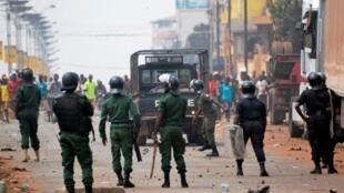 Jami'an 'yan sandan Guinea yayin da suke kokarin tarwatsa taron masu zanga-zanga a Conakry.