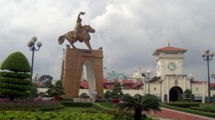 Bùng binh chợ Bến Thành với tượng Trần Nguyên Hãn và Quách Thị Trang, hình ảnh quen thuộc của Saigon.
