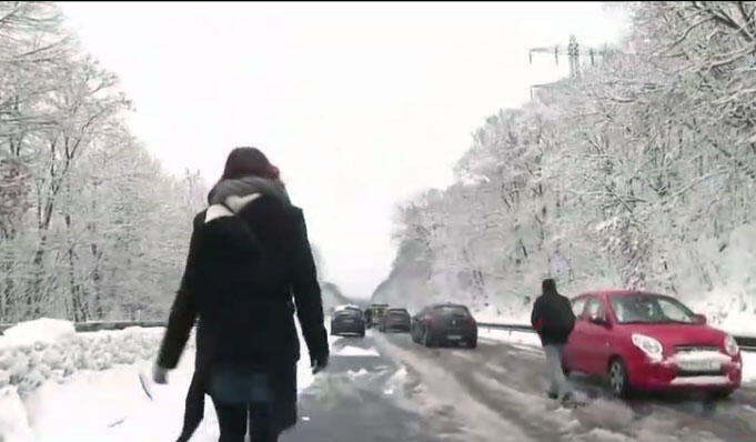 Várias pessoas tiveram que abandonar seus automóveis na estrada N118, periferia de Paris, por causa das dificeis condições de circulação.