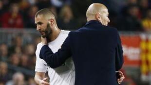 Mai horar da kungiyar Real Madrid Zinaden Zidane tare da dan wasansa na gaba Kareem Benzema.