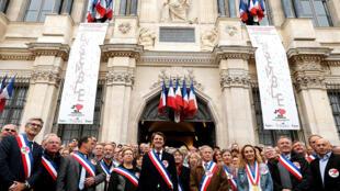 Au centre, le maire de Troye François Baroin, entouré par des élus locaux de l'Association des maires de France, en septembre 2015 devant la mairie troyenne.