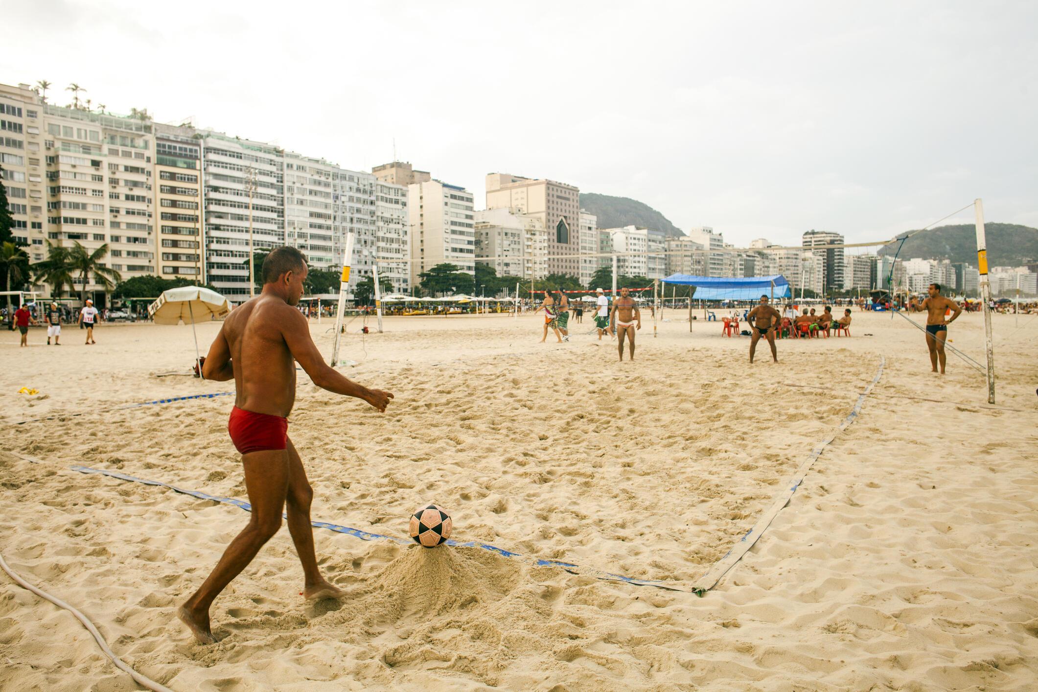 Des Brésiliens jouent au beach volley sur la plage de Copacabana.