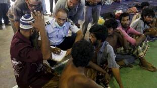Un agent de l'Immigration indonésienne enregistre des réfugiés, vraisemblablement des Rohyingas, dans la province indonésienne d'Aceh, le 11 mai 2015.