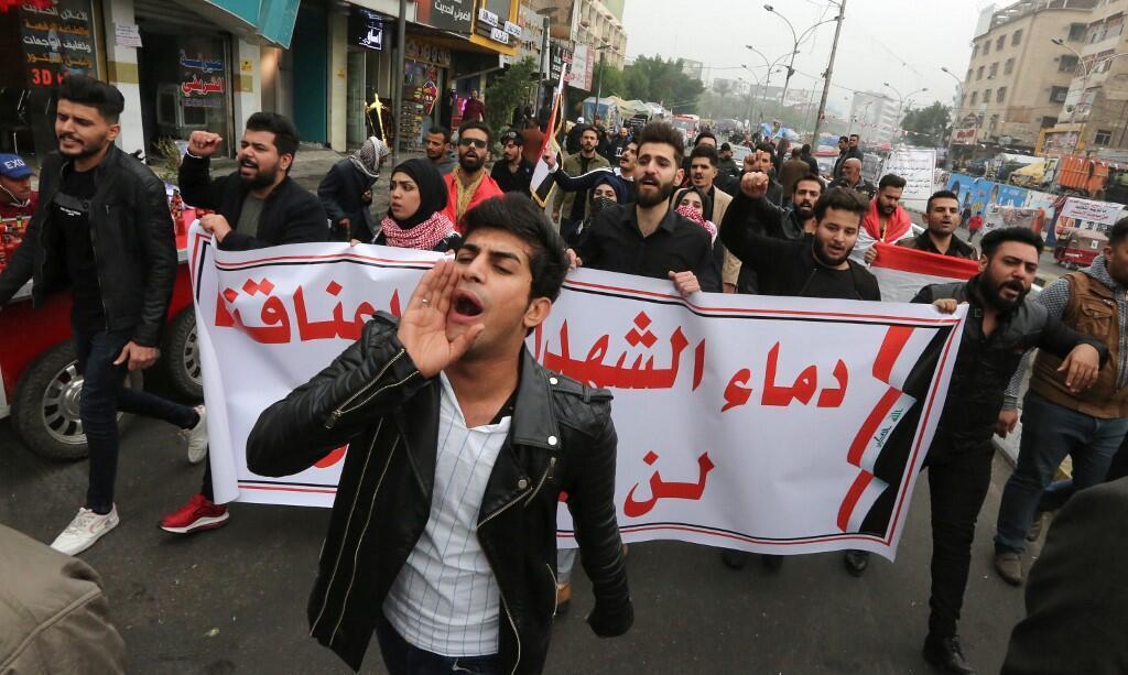 تظاهرکنندگان در بغداد یک روز پس از حملۀ خونین به گردهمائی معترضان در پارکینگ نزدیک میدان تحریر - ٧ دسامبر ٢٠١٩