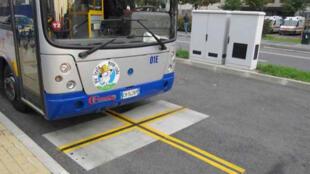 Une station de recharge d'un bus à induction à Turin, en Italie.