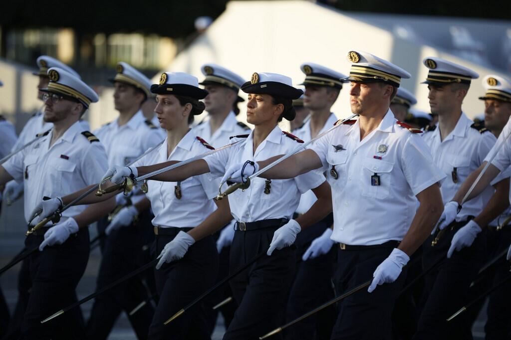 Французские военные медики на репетиции торжественной церемонии по случаю праздника 14 июля.