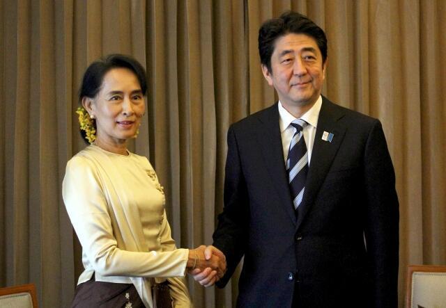 Thủ tướng Nhật Shinzo Abe (P) gặp lãnh đạo đối lập Miến Điện Aung San Suu Kyi, tại Rangoon, 25/05/2013