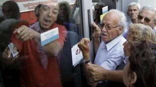 Jubilados esperan para cobrar su pensión en la isla de Creta, Grecia, este 29 de junio de 2015.