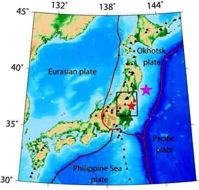 L'étoile violette marque l'épicentre du séisme du 11 mars 2011 et  la rouge, celui d'Iwaki. Le petit carré rouge situe Fukushima Daiichi. Les triangles noirs indiquent des volcans actifs.