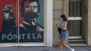 Aviso nas ruas de Barcelona pede que as pessoas usem a máscara