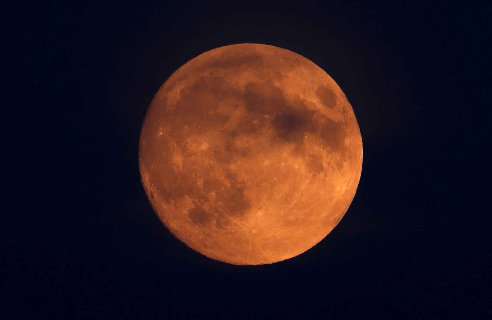 La Lune vue dans le ciel de Londres pendant l'éclipse du 27 juillet 2018