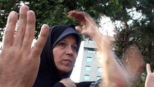 """فائزه هاشمي رفسنجاني عصر روز یکشنبه بدليل """"رفتارهاي تحريك آميز"""" بازداشت شد"""